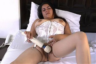Leslie A. 39 - Latin Milf Housewife Playing Solo 2017